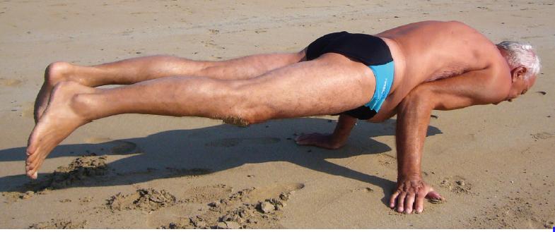 Dad en planche crocoldile, sain et sur la plage
